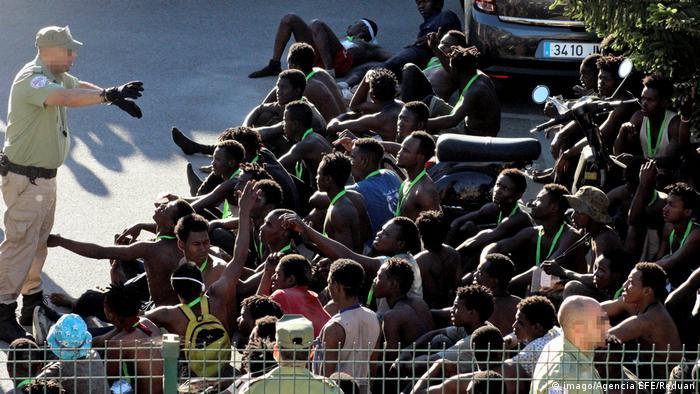Spanien Hunderte Flüchtlinge stürmen in spanische Nordafrika-Enklave