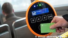ARCHIV - 04.01.2012, Talinn: Ein Fahrgast scannt in einem Bus sein Ticket. (zu «Kostenloser Nahverkehr - ein weltweiter Vergleich» vom 16.02.2018) Foto: Stringer/AFI/dpa +++(c) dpa - Bildfunk+++ |