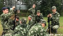 Militärisches Sommercamp für Teenager bei Moskau. The boys at Razvedbat military summer camp near Moscow practise assembling Kalashnikov machine guns. Foto: Emily Sherwin / DW