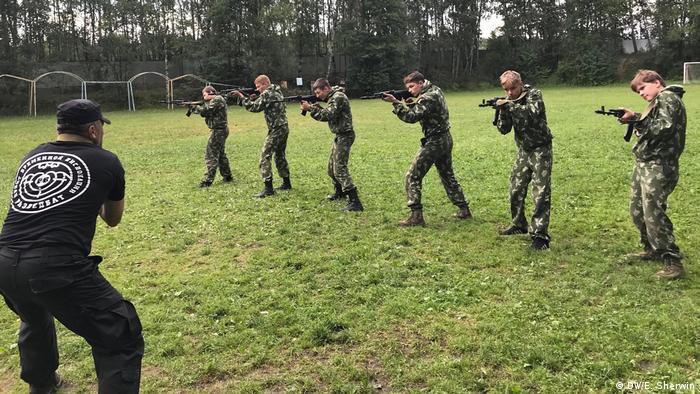 Exerciții de tragere în tabăra militară (DW/E. Sherwin)