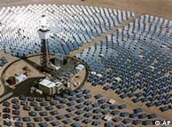 ARCHIV - Die undatierte vom Unternehmen Solar Systems zur Verfuegung gestellte Luftaufnahme zeigt ein Solarkraftwerk in in der Mojave-Wueste in Kalifornien. Die Vision von umweltfreundlichem Solarstrom aus der Wueste ist einen Schritt naeher gerueckt. Zwoelf Unternehmen haben am Montag, 13. Juli 2009, in Muenchen die Grundsatzvereinbarung zur Gruendung der Desertec Industrial Initiative unterzeichnet. Sie soll binnen drei Jahren konkrete Geschaeftsplaene und Finanzierungskonzepte erarbeiten, wie mit Sonnenkraftwerken in den Wüsten Nordafrikas und des Mittleren Ostens bis 2050 rund 15 Prozent des europaeischen Strombedarfs gedeckt werden koennen. (AP Photo/Solar Systems, HO) ** zu APD1800 **