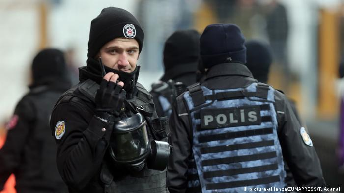 Stock photo of a Turkish police officer (picture-alliance/ZUMAPRESS/T. Adanali)