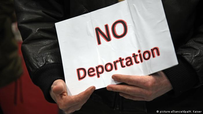 Protester holds up a No Deportation sign at Düsseldorf airport (picture-alliance/dpa/H. Kaiser)