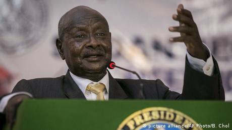 Yoweri Museveni steht hinter einem grünen Rednerpult (picture alliance/AP Photo/B. Chol)