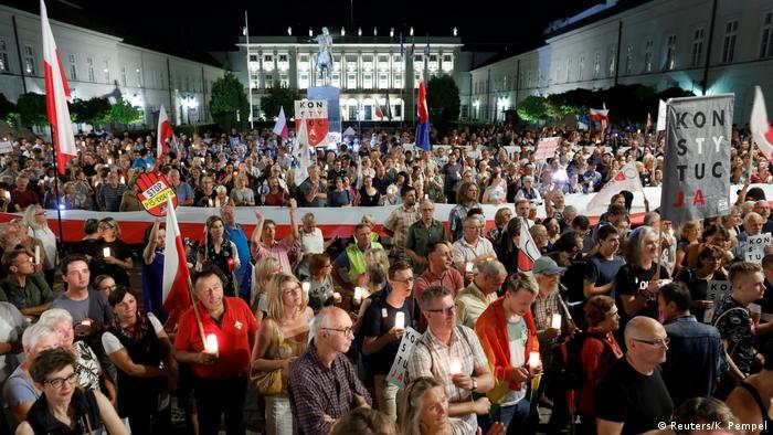 Polen   Demonstranten protestieren in Warschau gegen die polnische Justizreform (Reuters/K. Pempel)