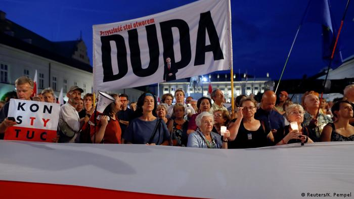 Polen | Demonstranten protestieren in Warschau gegen die polnische Justizreform (Reuters/K. Pempel)