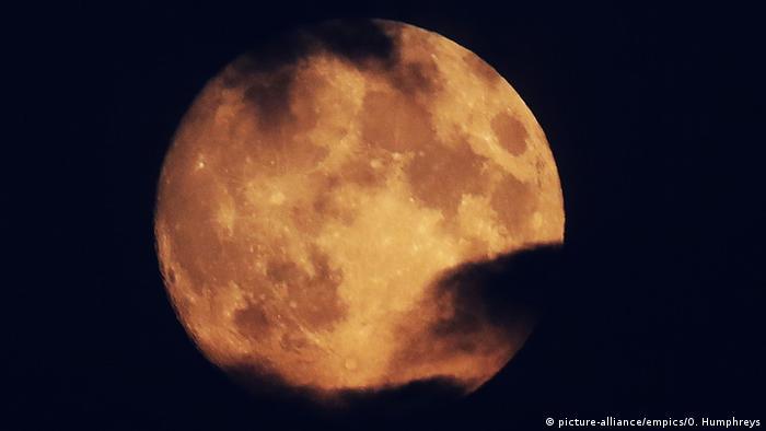 A Lua vista do Reino Unido, à véspera do fenômeno da lua de sangue