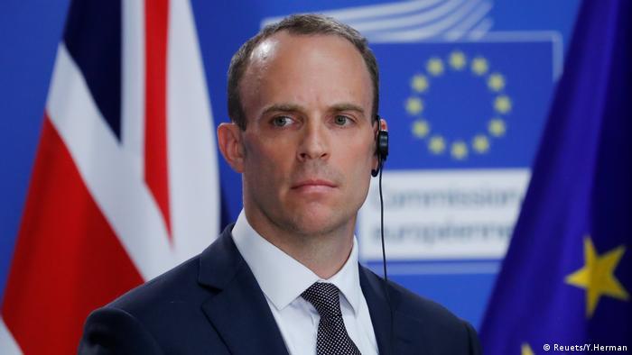 Der britische Außenminister für den Austritt aus der Europäischen Union, Dominic Raab, und der EU-Chefkommissar Michel Barnier halten eine gemeinsame Pressekonferenz in Brüssel ab (Reuets/Y.Herman)