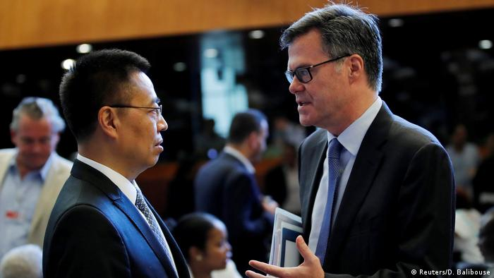 WTO-Generalratssitzung |chinesicher Botschafter Zhang Xiang-Chen und US-Botschafter Dennis Shea (Reuters/D. Balibouse)