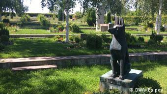 Памятник безымянному помощнику на кладбище домашних животных