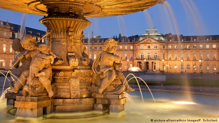 Parque do castelo e castelo em Stuttgart