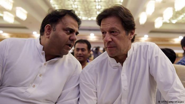 فواد چوہدری، بائیں، پاکستانی وزیر اعظم عمران خان کے ساتھ