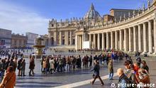 Touristen in Schlange, Petersdom, Petersplatz, Vatikan, Rom, Latium, Italien / San Pietro Basilica, Wartezeit, anstehen | Verwendung weltweit