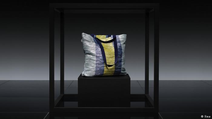 Eine Ikea-Tasche aus Chips- und Kaffee-Verpackungen (Ikea)