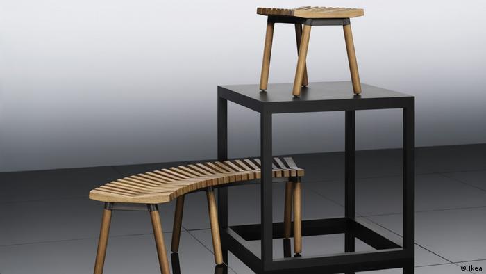 Eine geschwungene Sitzbank mit einem Esstisch (Ikea)