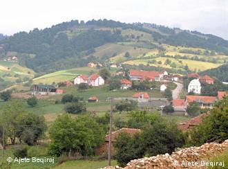 Fshati Debelldeh, në kufirin mes Kosovës dhe Maqedonisë