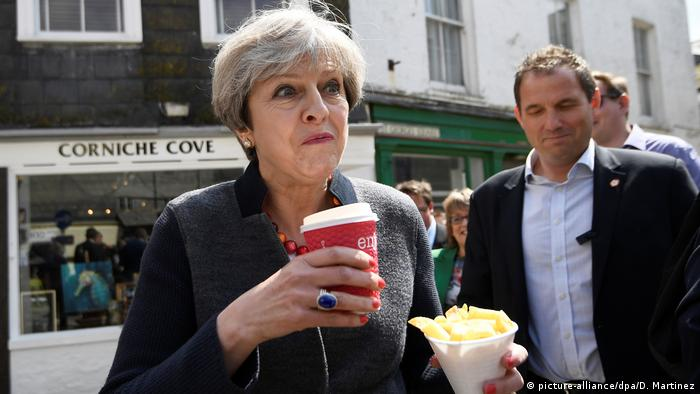 Theresa May eats french fries during the 2017 campaign (picture-alliance/dpa/D. Martinez)
