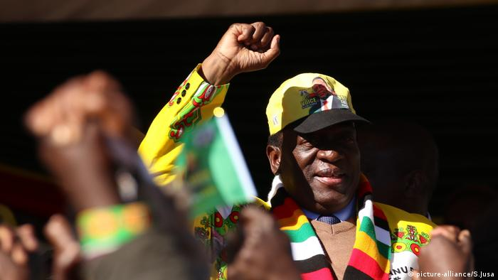 Zimbabwean President Emmerson Mnangagwa waves at a rally (picture-alliance/S.Jusa)