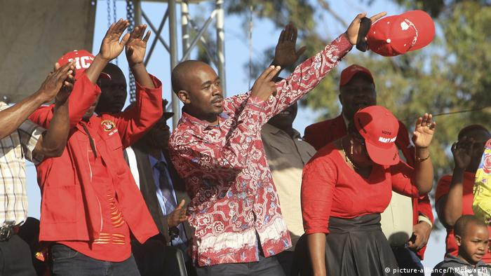 Zimbabwean opposition leader Nelson Chamisa greets his supporters at a rally in the lead-up to the general election (picture-alliance/T.Mukwazhi)