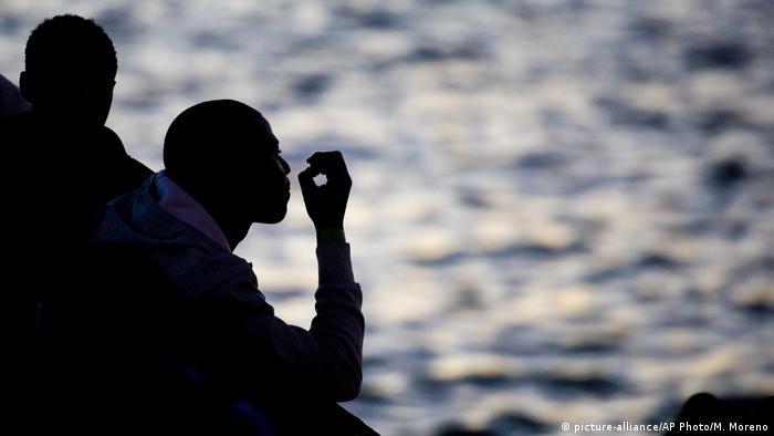 Spanien Flüchtlinge wartet nach Rettungsaktion (picture-alliance/AP Photo/M. Moreno)