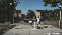 """Titel: Tingbjerg, Dänemark Schlagworte: Instagram, @dw_stories, Tingbjerg, Dänemark, Ghetto, Immigration, """"Ghetto-Plan"""", Gesellschaft Wer hat das Bild gemacht?: Christina N. Andersen Wann wurde das Bild gemacht?: 16.07.2018 Wo wurde das Bild aufgenommen?: Tingbjerg, Dänemark Bildbeschreibung: Tingbjerg ist ein dänisches """"Ghetto""""-Viertel, das von der dänischen Regierung u.a. wegen einem hohen Immigranten-Anteil bis 2030 eliminiert werden soll. Wer oder was ist auf dem Bild zu sehen? Siehe Beschreibung In welchem Zusammenhang soll das Bild/sollen die Bilder verwendet werden?: Artikel, Bildergalerie"""