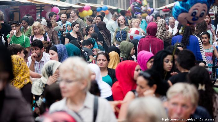 Masa različitih ljudi - različito podrijetlo, spol i starost - na zajedničkoj proslavi u Berlinu povodom iftara, muslimanskog prijekida posta