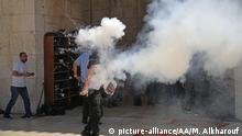 JERUSALEM - JULY 27: A group of Palestinian youth set off fireworks in response to Israeli forces during a protest against intervention of Israeli forces after they entered East Jerusalem'Äôs flashpoint Al-Aqsa Mosque and began attacking Muslim worshipers on July 27, 2018 at al-·?§aram ash-Sharif of Al Aqsa Mosque in Jerusalem. Dozens of Palestinians were reported to be injured. Mostafa Alkharouf / Anadolu Agency | Keine Weitergabe an Wiederverkäufer.