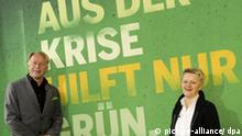 Die beiden Spitzenkandidaten der Grünen für die Bundestagswahl, Renate Künast und Jürgen Trittin, stellen am Mittwoch (08.07.2009) in Berlin die Wahlkampfplakate der Partei vor. Neben Plakaten mit Porträts der Spitzenkandidaten stehen Aussagen zu Arbeitsmarkt und Umweltpolitik im Mittelpunkt. Foto: Tim Brakemeier dpa/lbn +++(c) dpa - Bildfunk+++