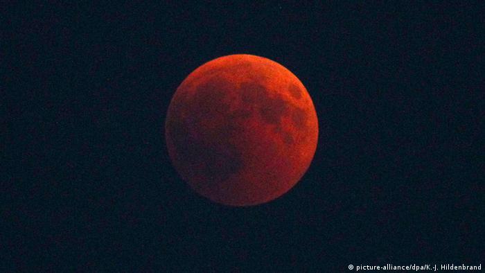 986d7f7695585 القمر الدموي″ يبهر العالم في خسوف القرن