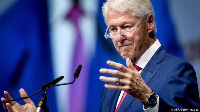 Bill Clinton em conferência em Amsterdã em 27 de julho