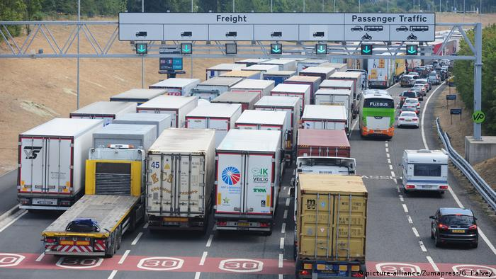 Trucks in a traffic jam approaching the British-side entrance of the Channel Tunnel (picture-alliance/Zumapress/G. Falvey)