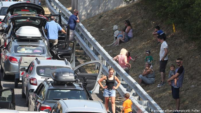 Drivers wait by side of road in Eurotunnel queue (picture-alliance/empics/G. Fuller)