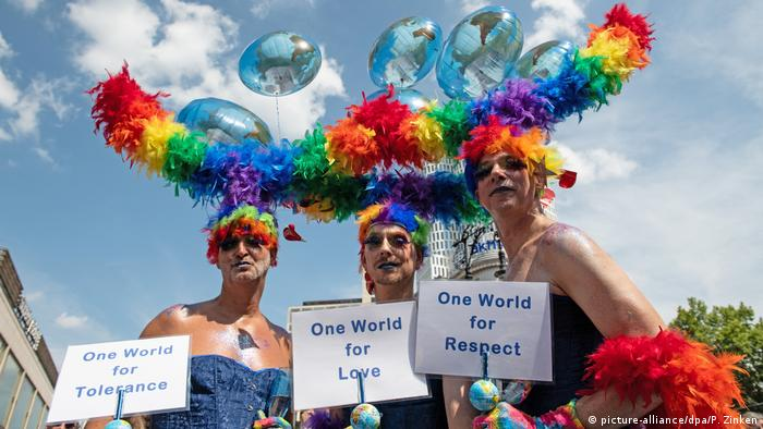Drag Queens beim Christopher Street Day in Berlin (picture-alliance/dpa/P. Zinken)
