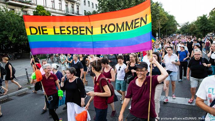 Dyke March am Vortag des Christopher Street Day in Berlin (picture-alliance/ZUMA/O. Messinger)
