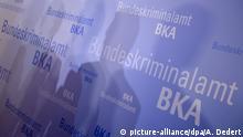 ARCHIV- Schatten fallen am 12.11.2013 am Rande der BKA-Herbsttagung in Wiesbaden (Hessen) auf einen Aufsteller des Bundeskriminalamts (BKA).(zu dpa «Festnahme nach Fahndung:Mann soll Mädchen sexuell missbraucht haben» vom 27.01.2017) Foto: Arne Dedert/dpa +++(c) dpa - Bildfunk+++ | Verwendung weltweit