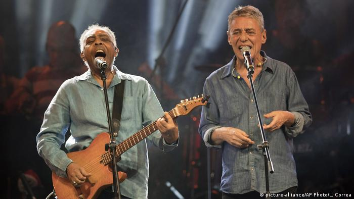 Popular musicians Gilberto Gil and Chico Buarque (picture-alliance/AP Photo/L. Correa)