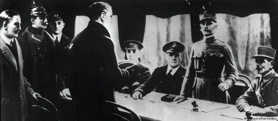 General Ferdinand Foch (2º da dir,) e Matthias Erzberger (3º da dir,) assinam o Armistício de Compiègne