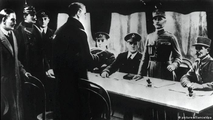 The World War I armistice being signed aboard a train carriage in the French town of Compiegne (picture-alliance/dpa)
