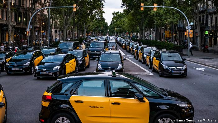Black and yellow taxis block a road in Barcelona (picture-alliance/Zumapress/P. Freire)
