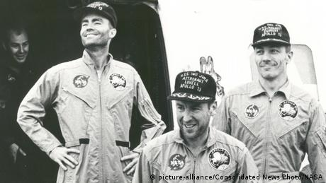 Apollo 13 crew after extraction (picture-alliance/Consolidated News Photo/NASA)