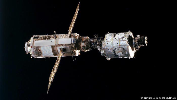 Unity linking with Zarya in 1998 (picture-alliance/dpa/NASA)