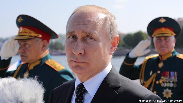 Владимир Путин на фоне Сергея Шойгу и Андрея Картаполова