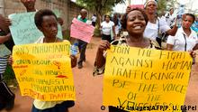 ***Archivbild*** Women carry placards as rights activists, under the umbrella of the Justice Development and Peace commission, march against the illegal human trafficking and countrywide violence during a protest march on March 18, 2017 in Lagos. Rights activists march in Lagos to protest child abuse, trafficking, violence and other forms of human degradation to mark the International Day of Prayer and Awareness against Vices. / AFP PHOTO / PIUS UTOMI EKPEI (Photo credit should read PIUS UTOMI EKPEI/AFP/Getty Images)