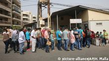 Libanon - Syrische Flüchtlinge warten in Beirut vor der Deutschen Botschaft