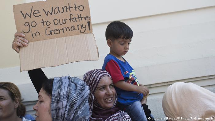 Griechenland - Flüchtlinge protestieren für die Familienzusammenführung vor der Deutschen Botschaft (picture alliance/AP Photo/P. Giannokouris)