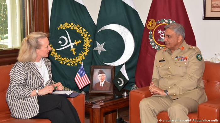 Paksitan - US-Delegierte Alice Wells trifft Qamar Javed Bajwa (picture alliance/AP Photo/alice wells)