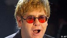 Sir Elton John bei Wetten Dass...? in Dresden, am 15. Dez. 2001. Elton John hat die Nase voll von der neuen Popstar-Generation wie Britney Spears und N'Sync. In einem Interview mit der BBC verglich er sie mit Muesli: Es gibt zu viele von ihnen und zu viele von ihnen sind nur Durchschnitt sagte John am Mittwochabend, 20. Februar 2002. (AP Photo/Eckehard Schulz)