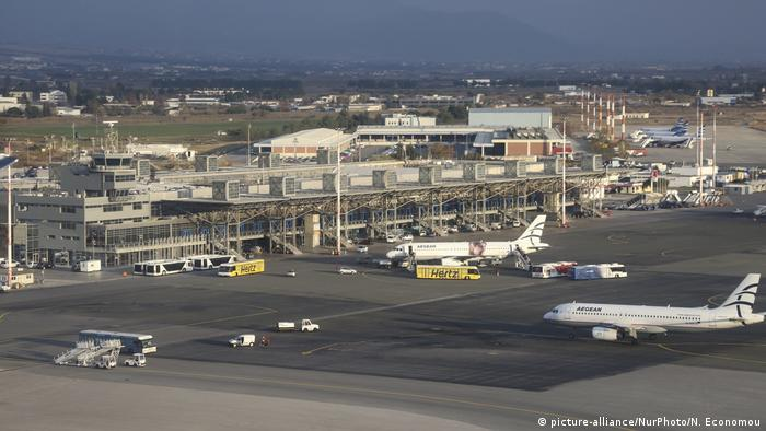 Greek police arrest migrants in raids and at airports | News | DW