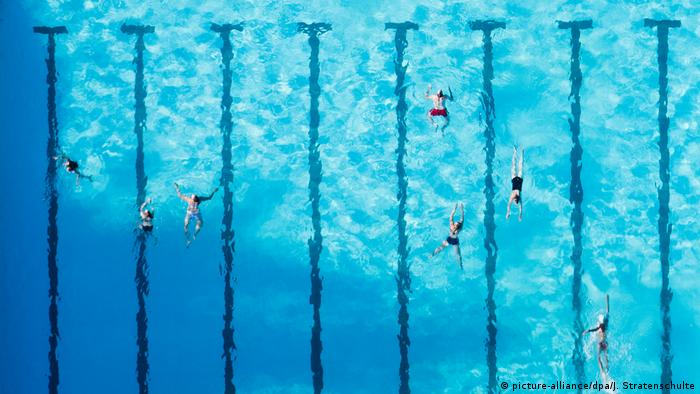 Aerial view of a swimming pool with lanes (picture-alliance/dpa/J. Stratenschulte)