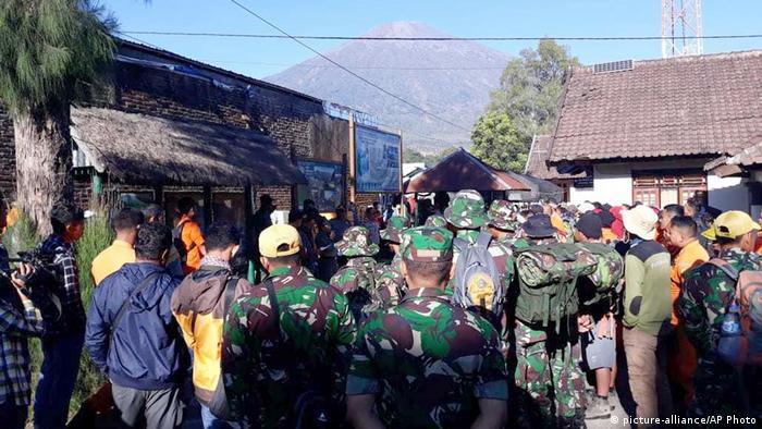 Indonesien Lombok Reetungsaktion für Wanderer (picture-alliance/AP Photo)
